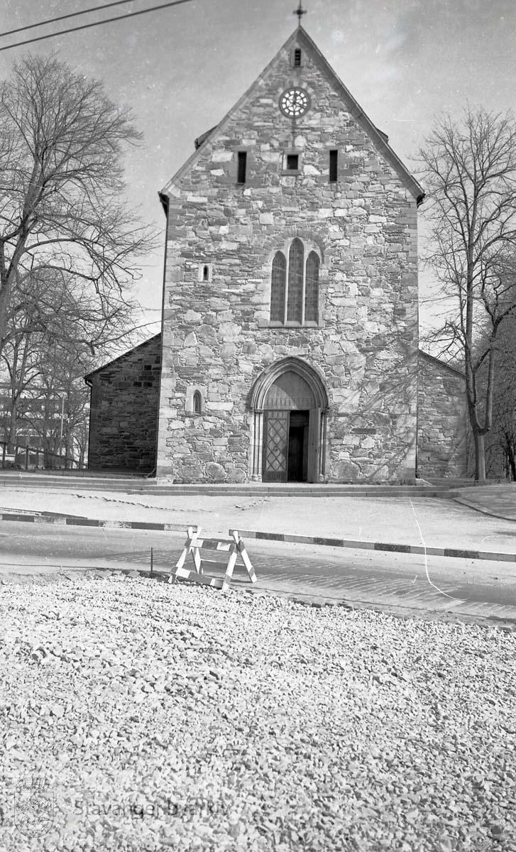 Domkirkens vestfront med inngangsparti.