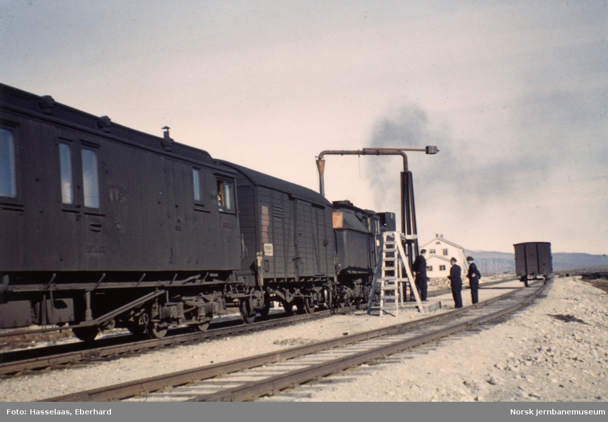 Damplokomotivet i persontog retning Bodø tar vann på Semska stasjon.