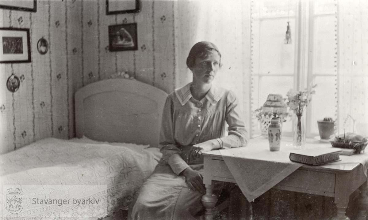 Marie Næsheim på sitt værelse i hjemmet