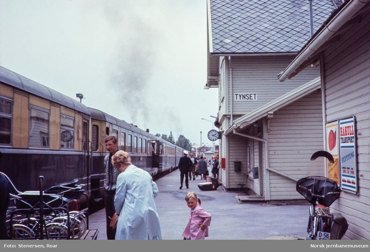 Dieselmotorvognsett type 88 med dagtoget fra Trondheim til Oslo Ø over Røros, tog 302, ankommer Tynset stasjon.