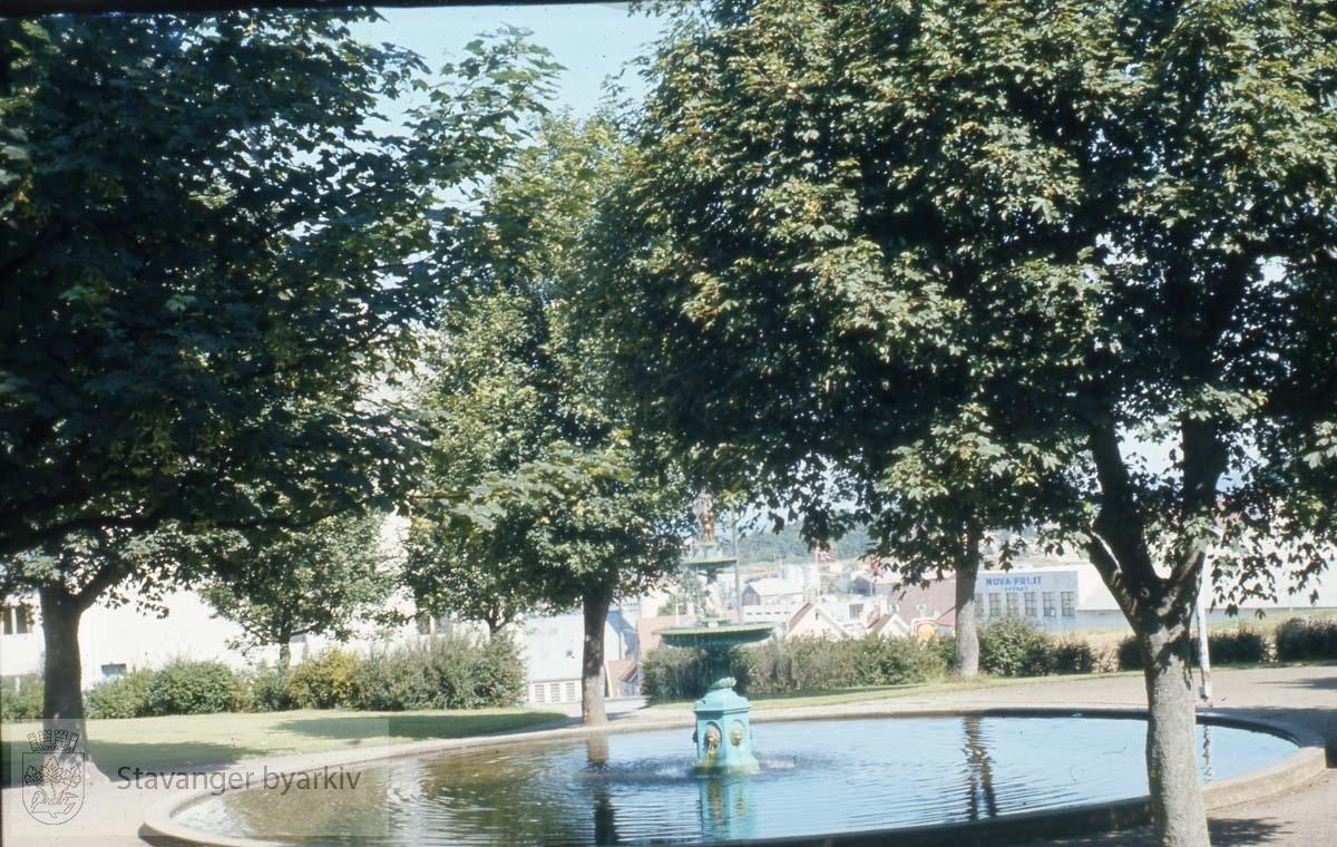 Johannesparken med fontene .Fontenen erstattet Mortepumpen på Torget da den ble fjernet i 1865. I 1897 ble den flyttet til St. Petri plass ved kommuneadministrasjonen. Da disse byggene ble revet i 1963, ble den flyttet til Johannesparken. Siden 1985 har den stått utenfor Rosenkildehuset.