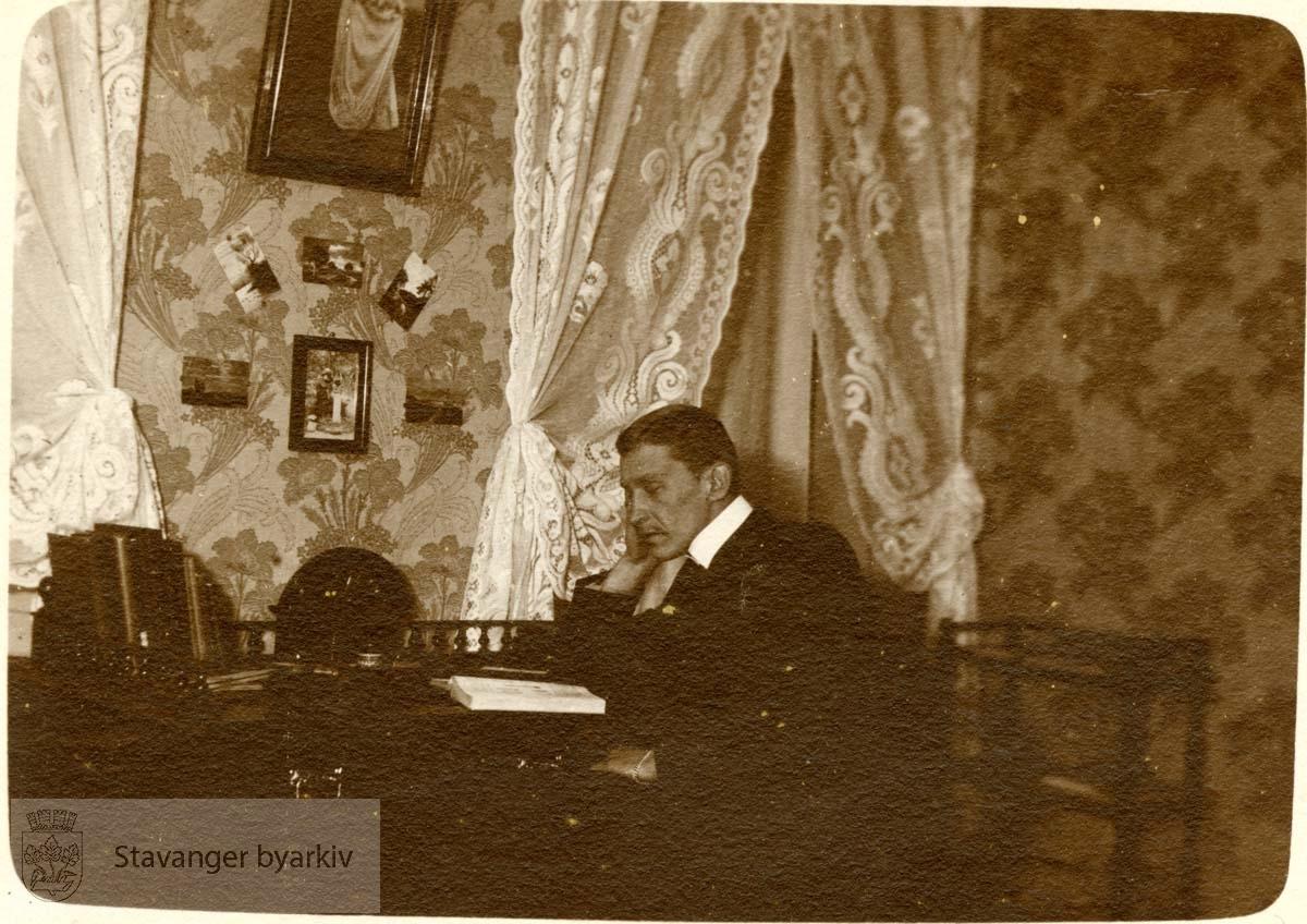 Mann lytter på radio i en stue