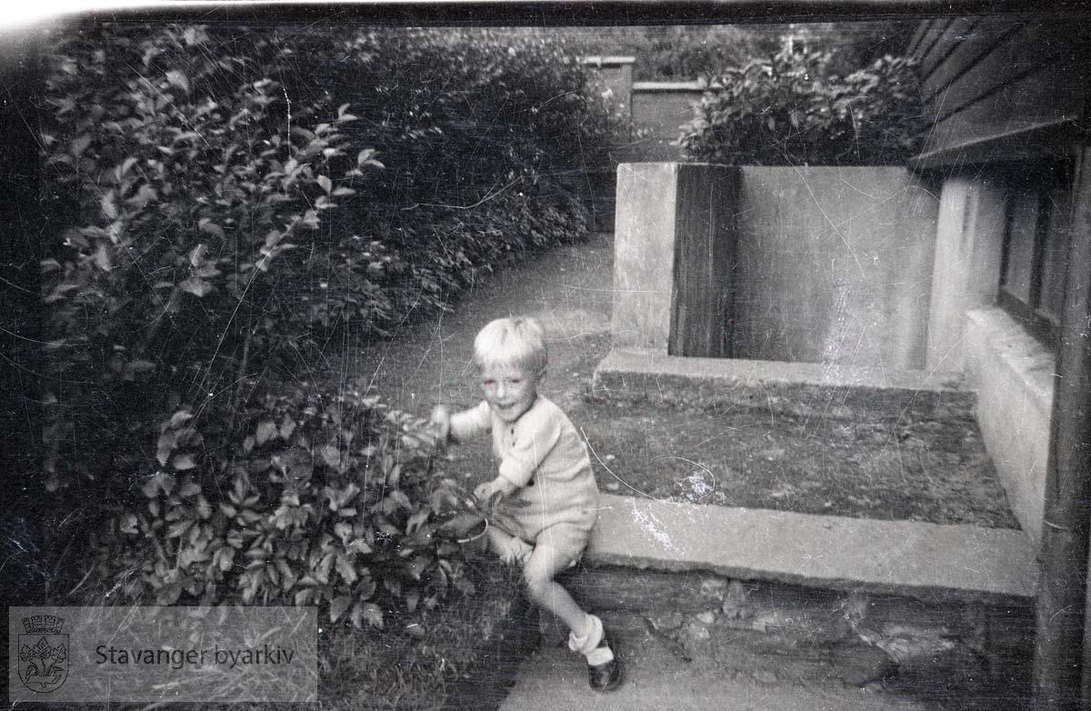 Oskar Andreas i hagen til Admiral Cruys gate 23