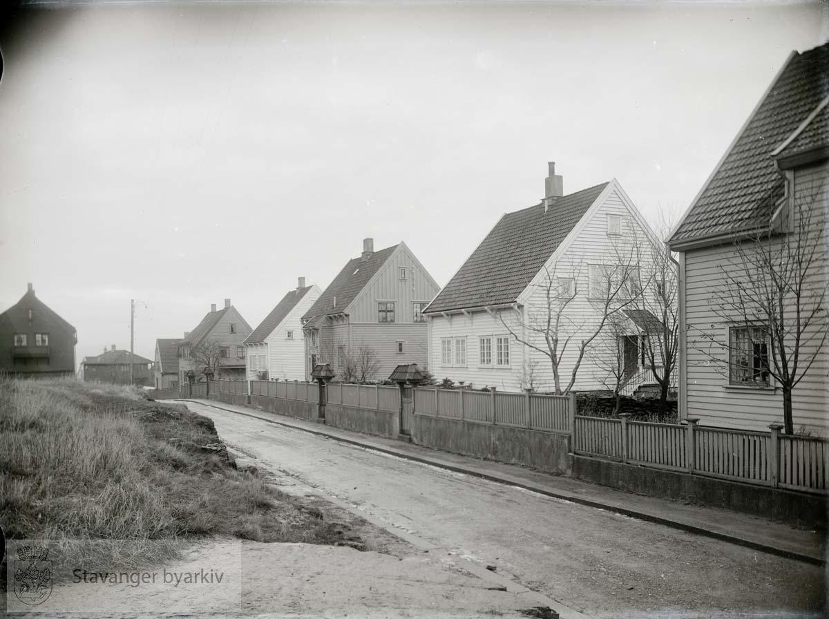 Kommunale boliger på Våland..Friggsgate sett nordover fra hjørnet ved Marcus Thranes gate. Husrekken er fra høyre Friggs gate 10, 8, 6, 4, 2. Deretter Byfogd Christensens gate 15 (se BySt 9:1) og Balders gate 12 a.