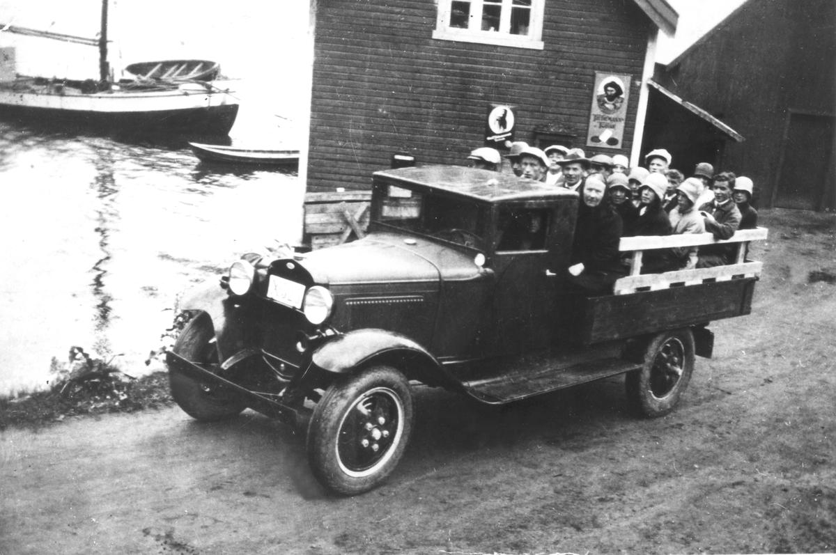 Sangkoret fra Skaland på veg til konsert, ved kaia i Vangsvik i 1930.