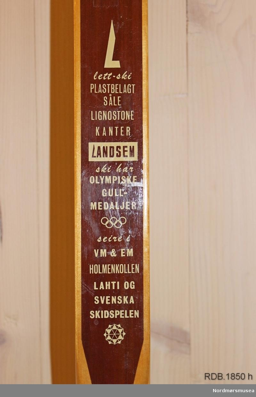 Avsmalende, jevnbred ski med svært liten bue. Bøy uten tupp. Svakt avfaset bakende, litt oppbøyd.  Skiet har autografer fra flere av de mest kjente skistjernene i Norge på 1980-tallet.