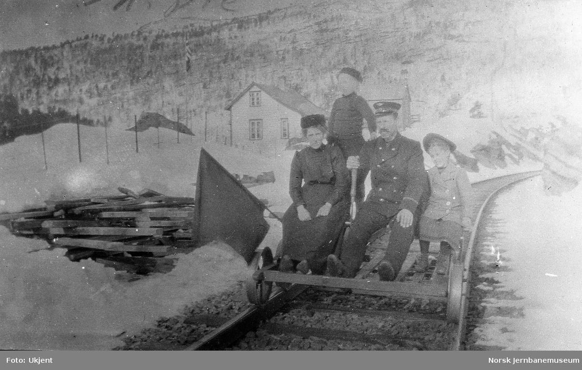 Baneformann Johannes H. Romslo med familie på pumpedresin ved Skiple holdeplass.