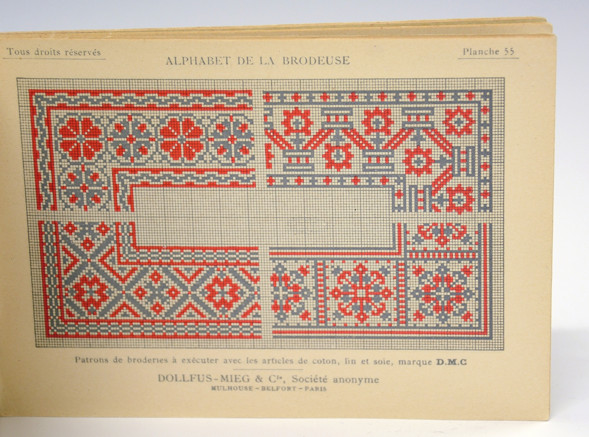 Mønsterbok for broderi. Liten, fransk bok som viser broderimønster bl.a. bokstaver, dyrefigurer, monogrammer og symboler.