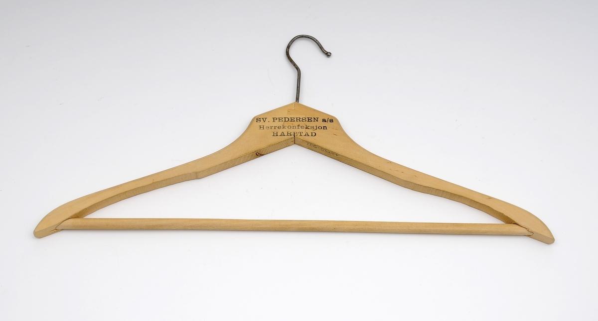 Til å henge opp klær. Kleshenger i tre, med metallkrok.