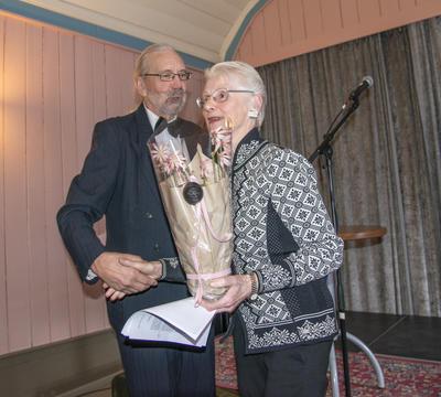 Dagens konferansier, Knut Bakke, overrakte sin bursdagsblomst til dagens foredragsholder, Marie Kløvstad Øye.