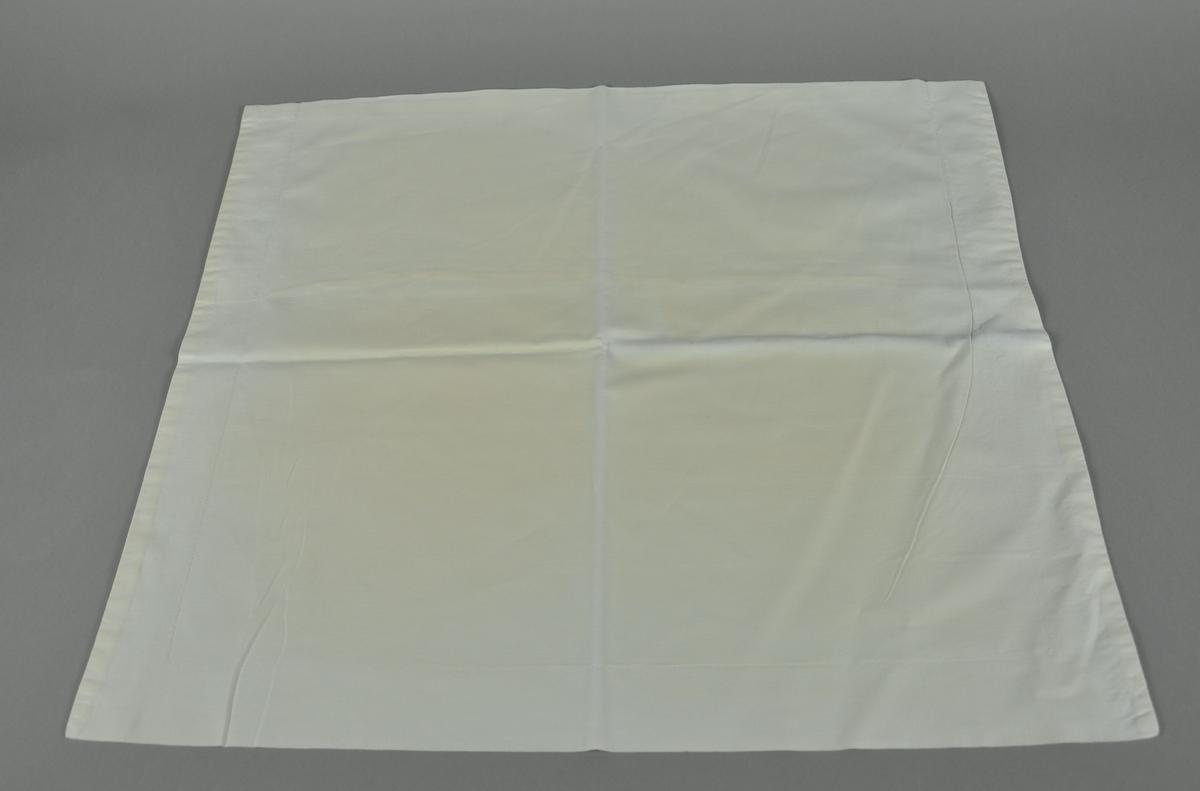 Hvit tekstil, rektangulær form.