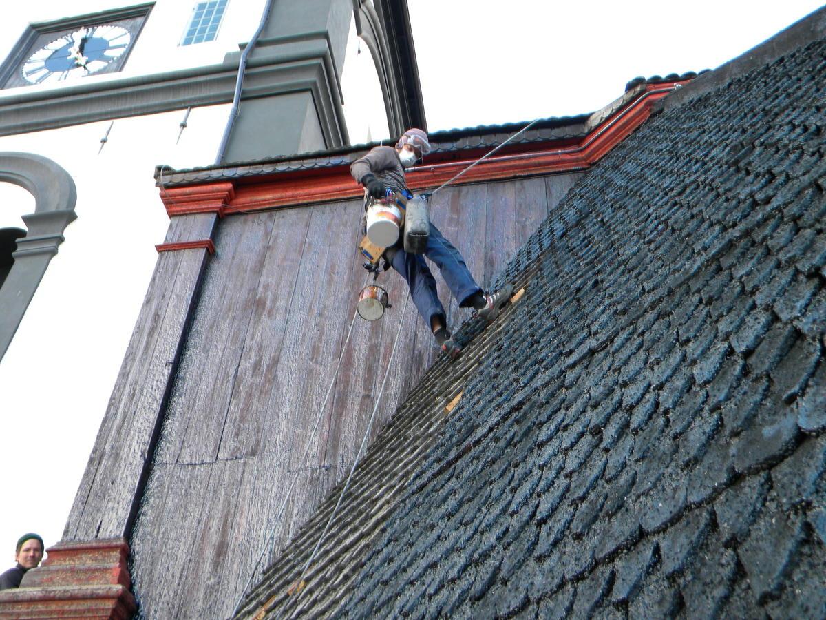 Tjærebreing på taket på Røroskirka