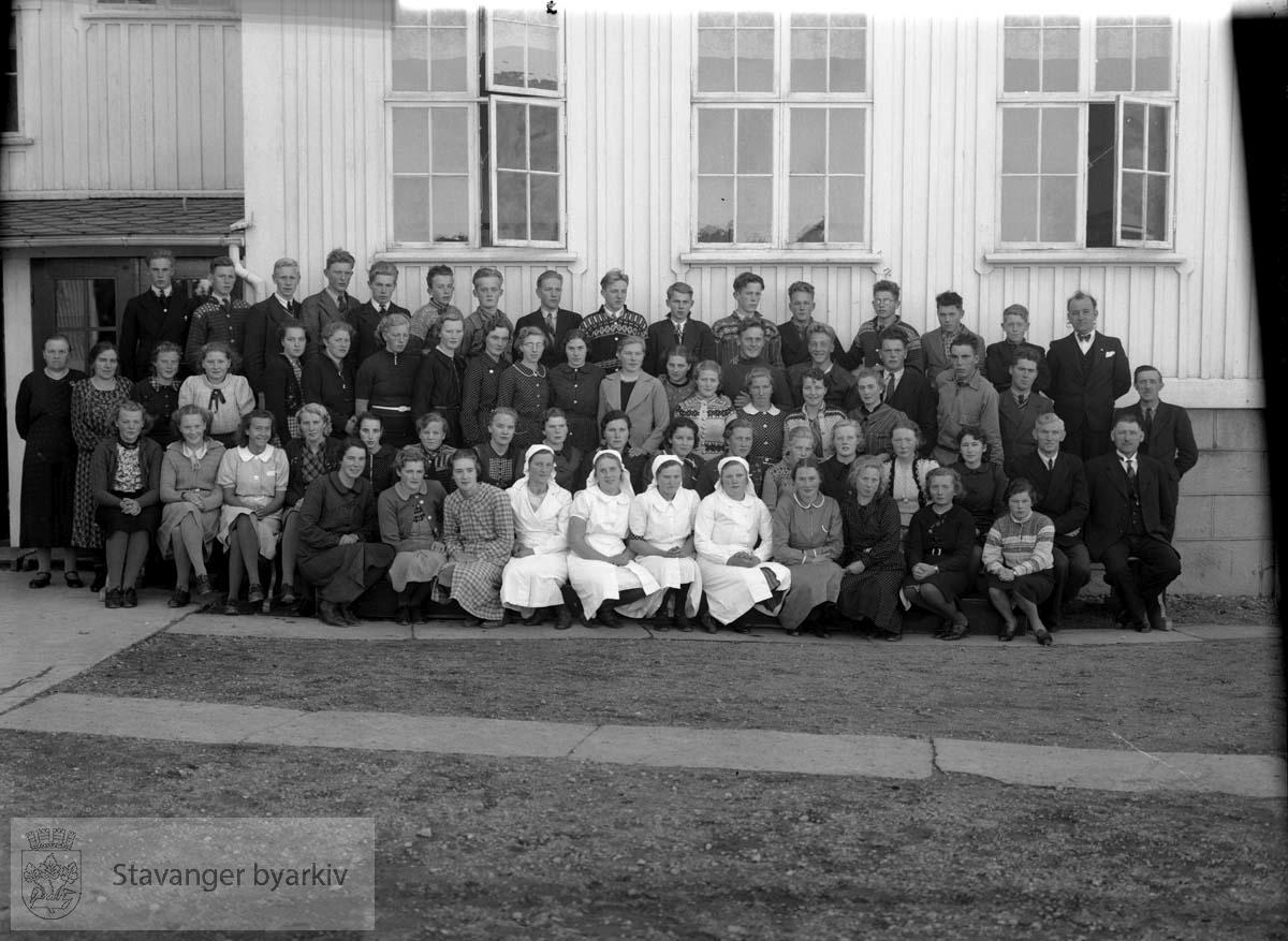Gruppebilde utenfor Tryggheim Skole, Nærbø