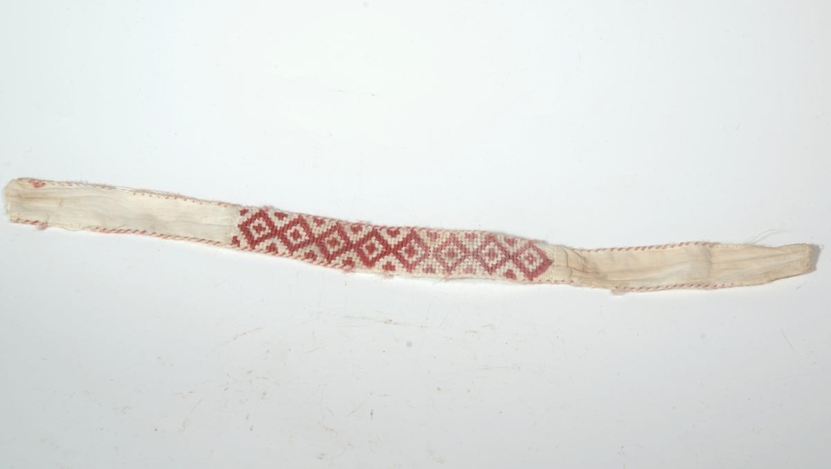 A) Smøygmønster, 2 kantebånd av tvunnet tøy B)Brodert på midten, korssting,