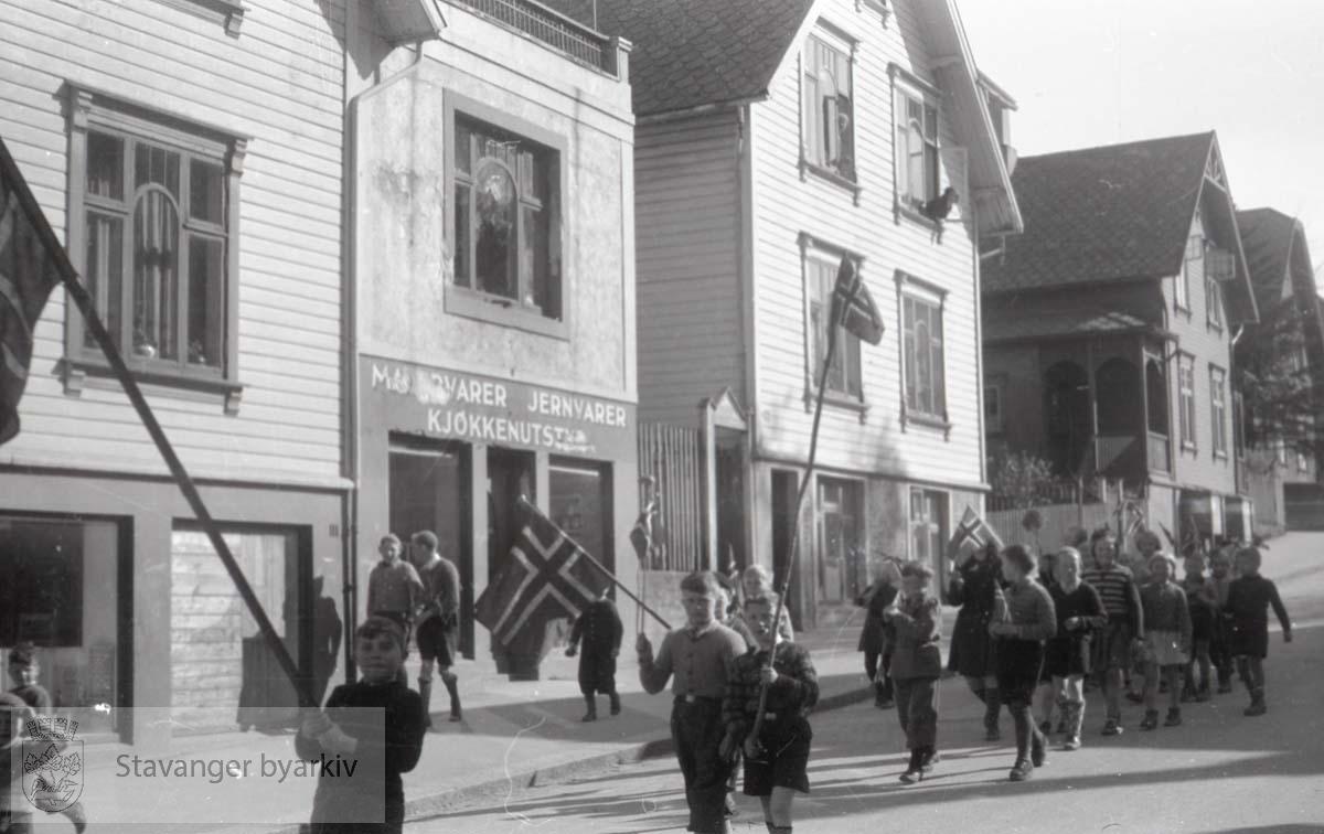 Tatt kort tid etter frigjøringen fra okkupasjonen , .2. verdenskrig. Fredsdagene 1945..Noen barn med flagg tjuvstarter 17. mai-feiringen.