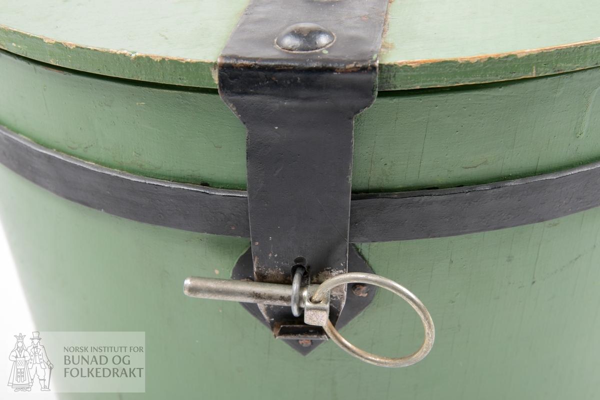 Boks. Kronebomme.  Laga i trevirke. Grønmåla utenpå og inni. Smijernbeslag. Oppe på lokket et svart smijernbeslag med en stor ring (håndtak) på midten av lokket. Lukking med splint av metall.