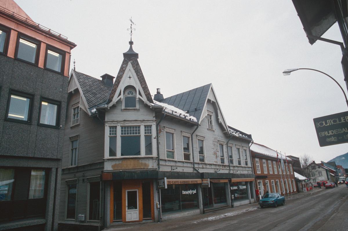 Lillehammer.  Lundegården.  Restaurering påbegynt.  Ombygget til Lundegården Brasserie & Bar.  Storgata i forgrunnen.  Sett mot vest-nordvest.