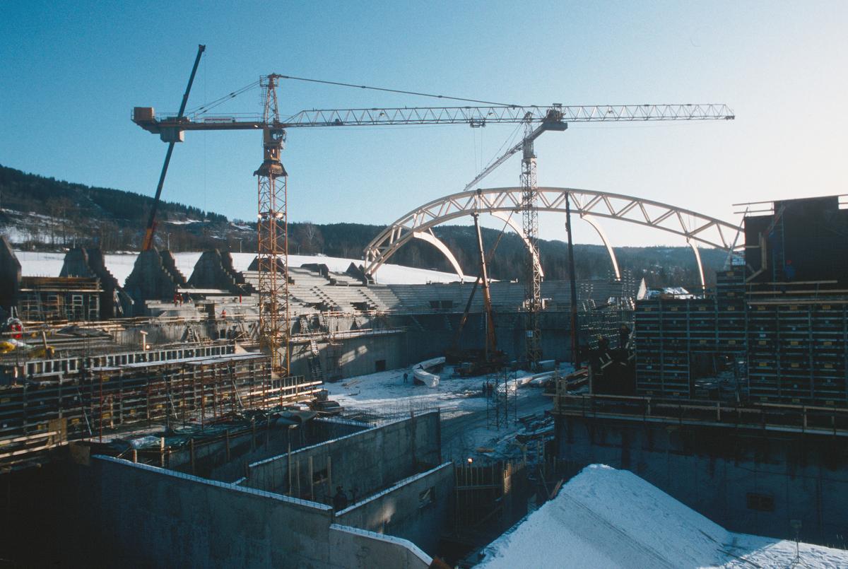 Lillehammer.  Håkons hall under bygging, oppsetting av takkonstruksjonen.  Sett mot sør-øst.