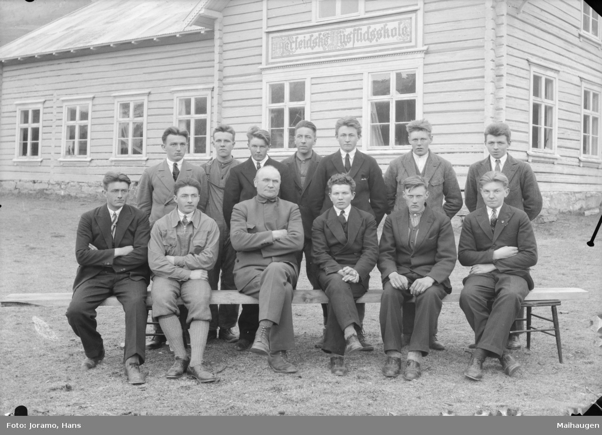 Elever og lærer Iver Øien ved Hjerleidske husflidsskule avdeling Mosjordet 1931/32