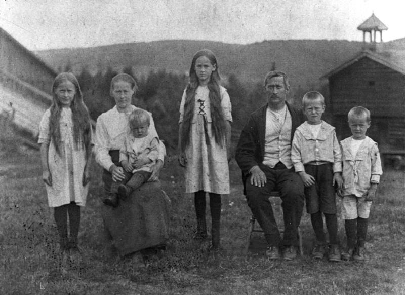 2 år gamle Vidar Sandbeck på sin mors fang, sammen med resten av familien Sandbeck. (Foto/Photo)