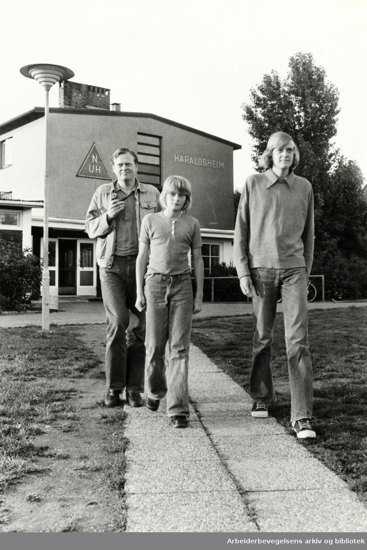 Haraldsheim vandrerhjem. Klaus og Fredrik stortrives med oppholdet her. Juli 1978