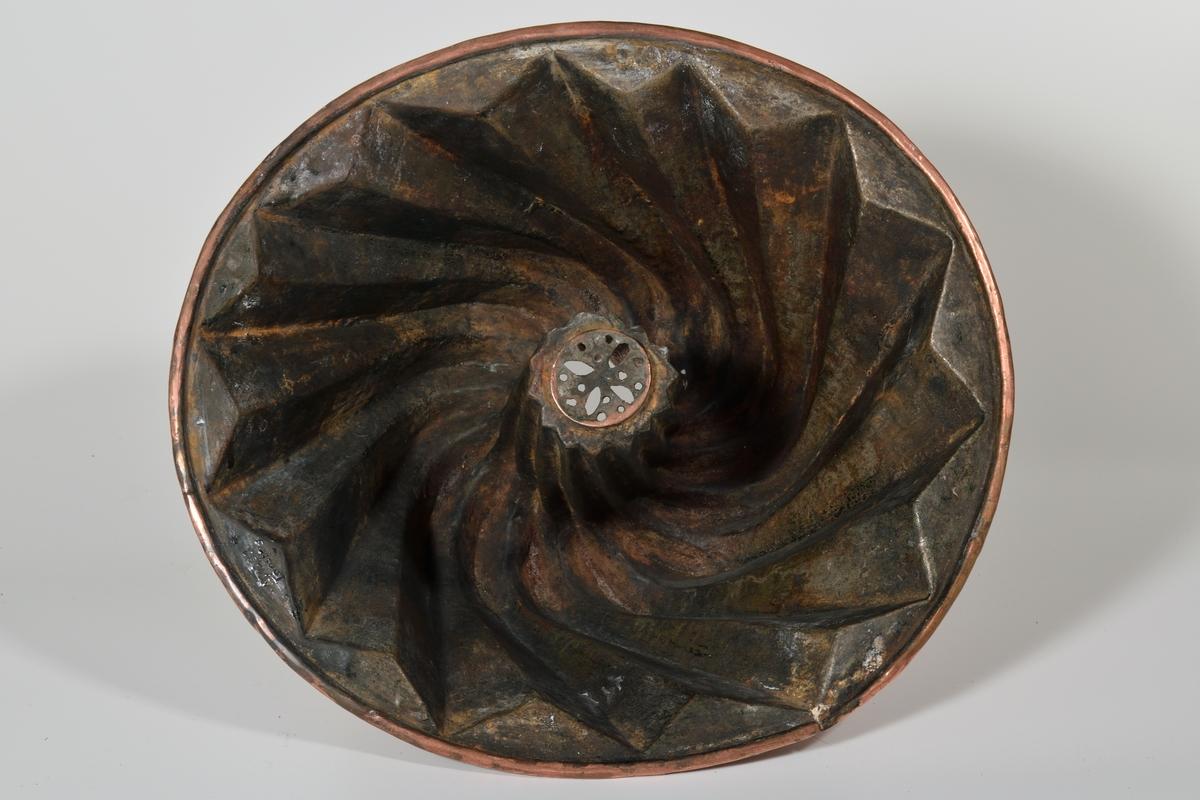 Sirkelf. munningsrand, s. innskrånende, skrått riflet, inne i midten riflet sylinder