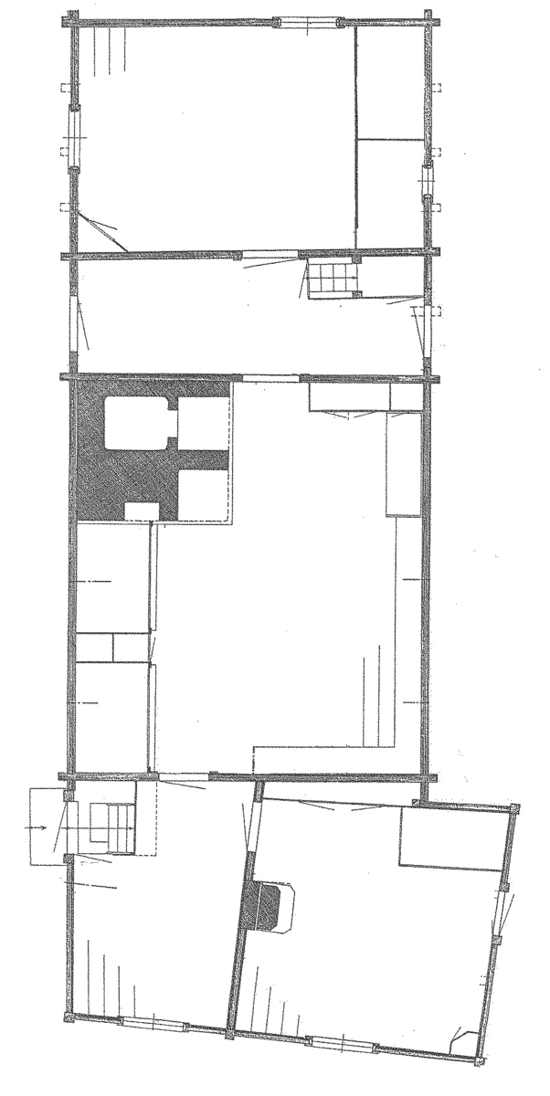 """Boningslängan på Oktorpsgården består av tre huskroppar; stugan samt """"framhäbbare"""" och """"bakhäbbare"""". Stugan samt framhäbbare är timrade, bakhäbbaret är uppfört i skiftesverk. Fasaden är omålad. Byggnaderna har sadeltak på olika nivåer, samtliga täckta med halm.  Boningslängan flyttades till Skansen 1896 från Oktorps by i Slöinge socken, Årstads härad i Halland."""
