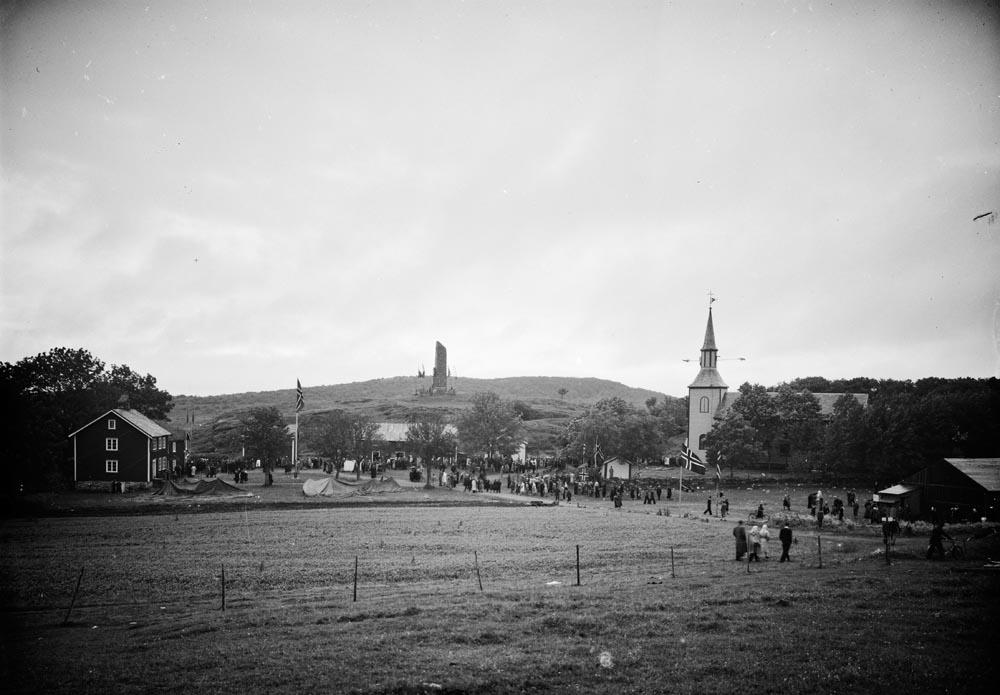 Alstahaug, Alstahaug. Alstahaug kirke og Alstahaugtunet med bautaen over Petter Dass. I dag Petter Dass-museet.