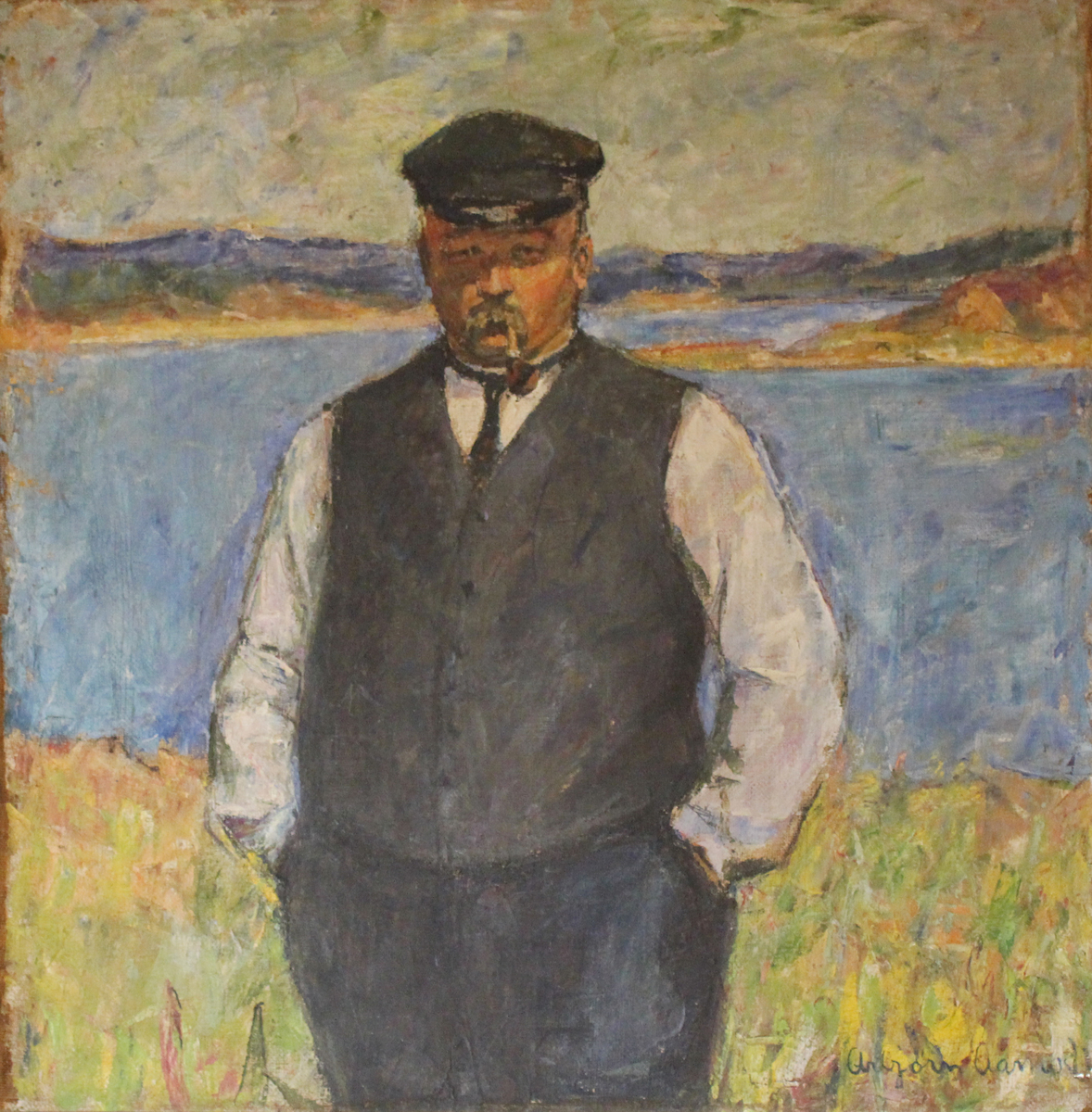 Mann med pipe med kystlandskap i bakgrunnen.