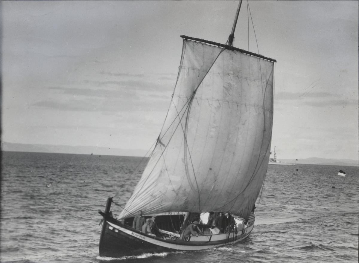 """Storbåt """"Den siste viking"""" på Trondhjemsfjorden 1930-årene."""
