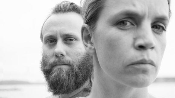 Svart-hvitt portrett av artistene Andreas Ulvo (bak) og Ingrid Olava.