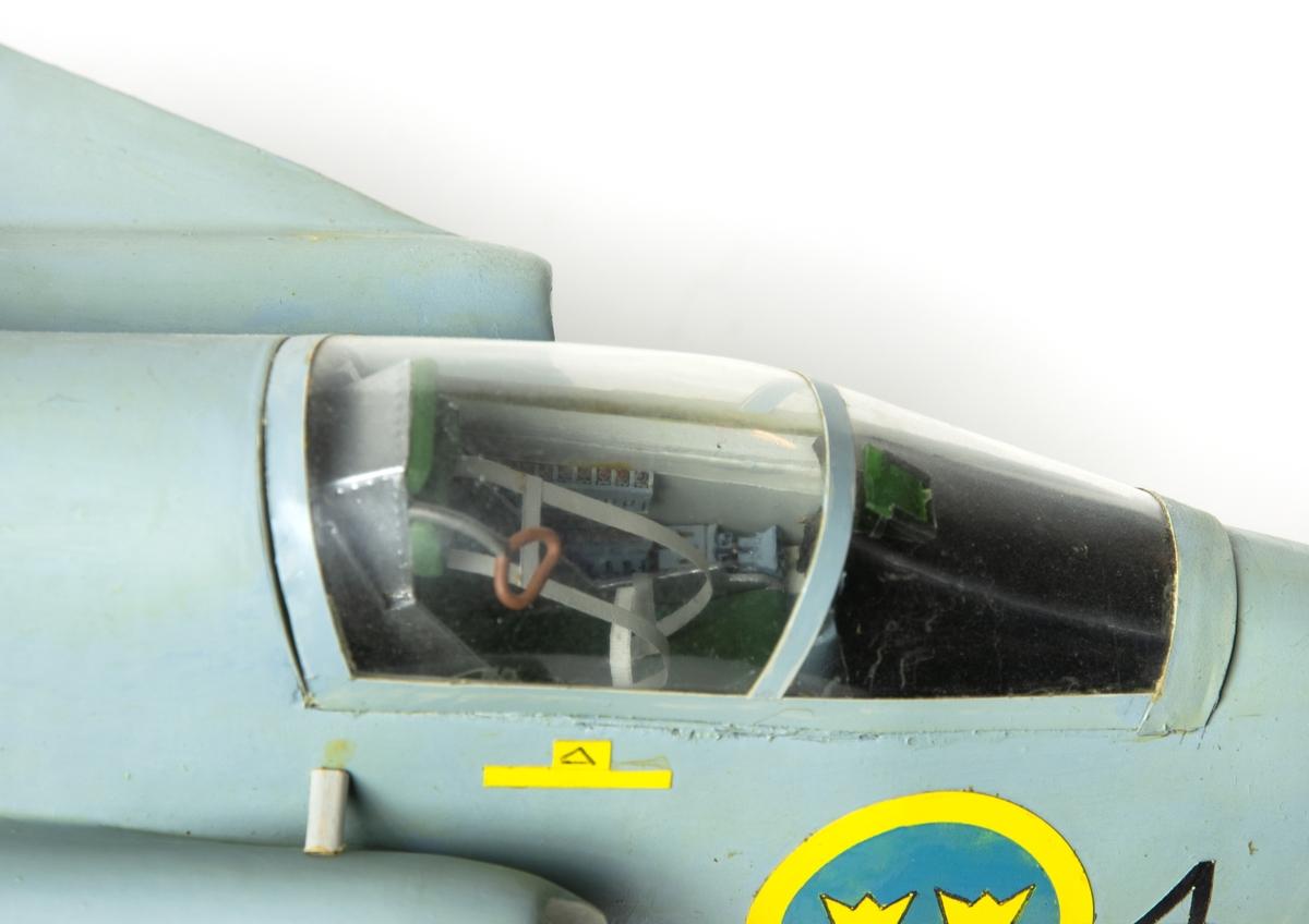 Flygplansmodell av Saab 37 Viggen. Modellen har nummer 51 på fenan och 4 vid nosen. Gråmålad och märkt med svenska kronmärken. Skala 1:24.
