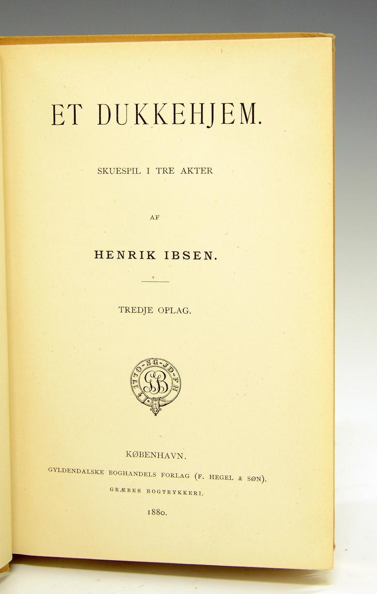 Ibsen, Henrik: Et Dukkehjem. Beige helshirtingsbind med preget dekor i gull og sort, helt gullsnitt.  Tredje utgave 1880.