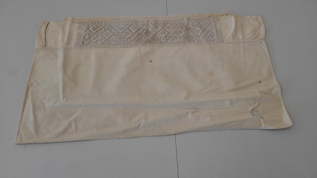 1 bleie.  Bleie (skirslebleie - daapsbleie) med kant av Sognesöm. Störrelsen ca 35 x 63 cm, sömmen 38,5 cm lang og 9,5 cm bred. Kantet foran med en kjöpebord.  Kjöpt av Ole A. Valsvik, Framfjorden.