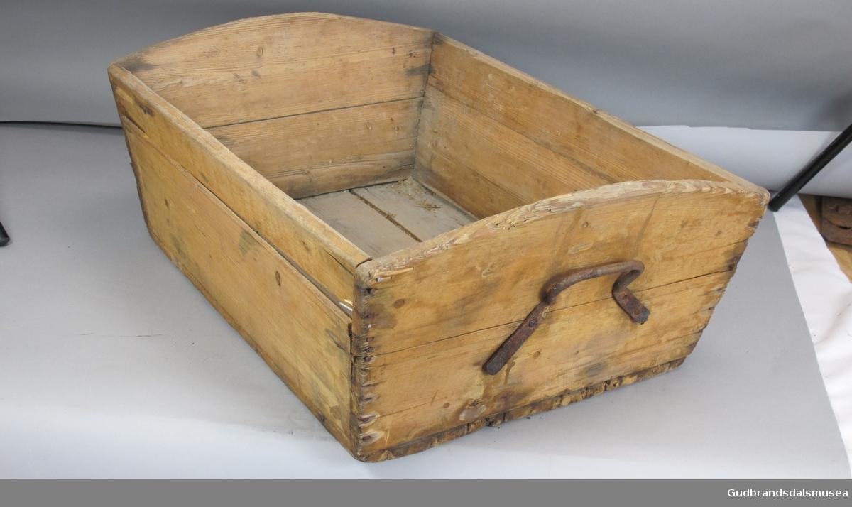 Kasse uten lokk. Bærehåndtak i begge ender av jern. Spisser litt nedover. Har buede endeplater. Har gjerne vært brukt til oppvask. Har ikke lokk.