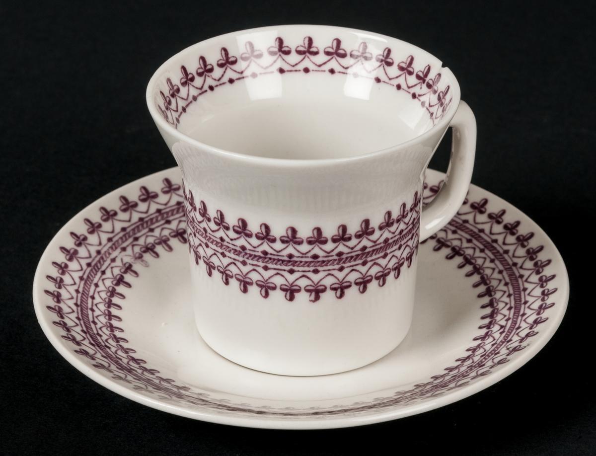Kaffekopp och fat. Vit med lila dekor. Kantstött. Dekor Rosersberg. Gravyrdekor under glasyren.