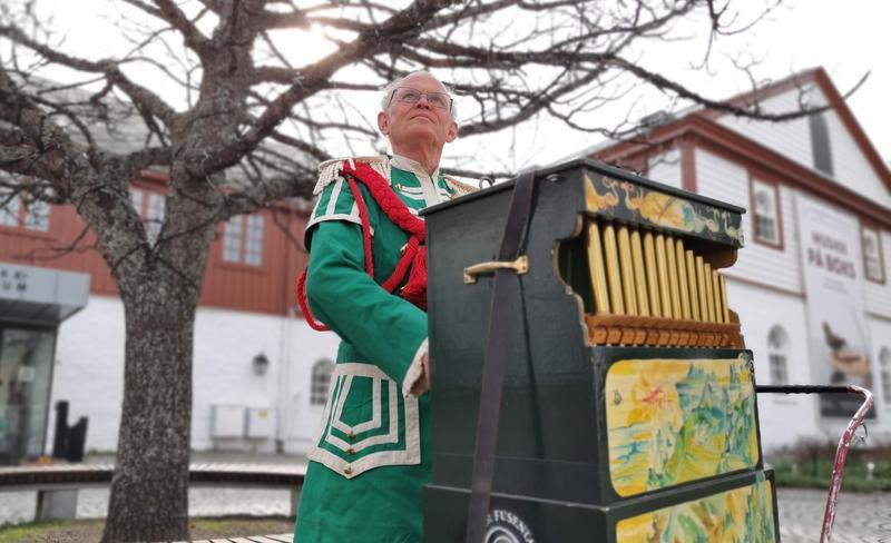 Lirekassespiller Jaap den Hertog fra Teater fusentast. Foto Ringve Musikkmuseum