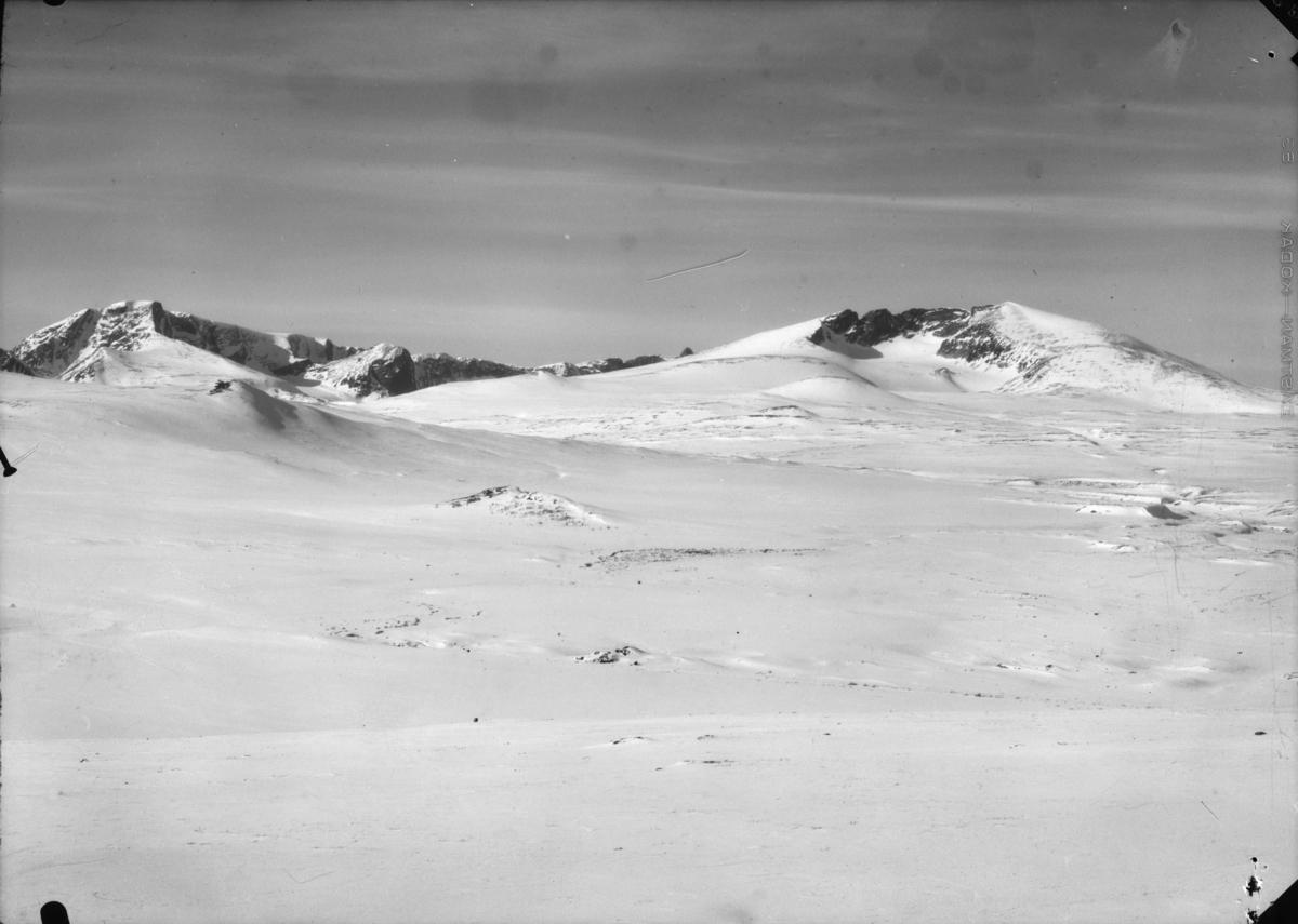 Dovrefjell med utsikt over vinterlandskap med Snøhetta til høyre og Svånåtindan mot venstre