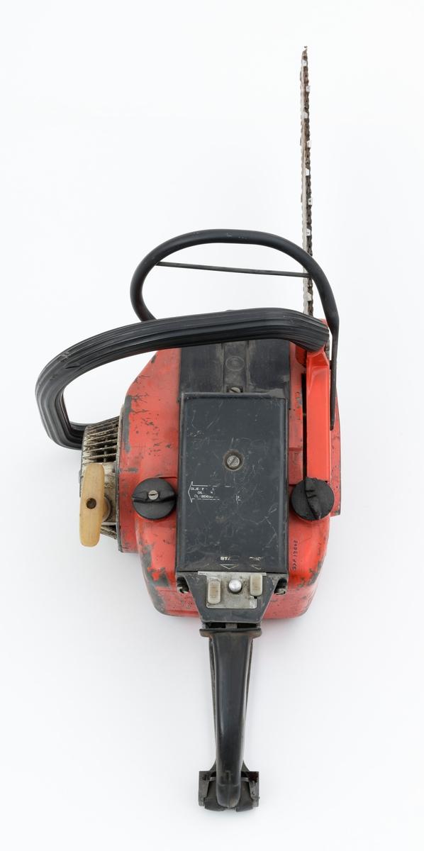 Motorsag av typen Jo-Bu L7 med påmontert sverd og sagkjede. For registrator virker saga komplett. Den fremre håndtaksbøylen er polstret med svart gummi, som har sprukket litt opp nede ved innfestingen til sagkroppen. Det er innsalg av noe rust på sverd og sagkjede. Deksler over sylinder og forgasser / luftfilter er utført i svart plast. Foran det bakre håndtaket gjenfinnes tre kanpper, to i plast og en i metall. Sett fra venstre mot høyre så har knappene disse funksjonene: stopp, start og choke. Metallknappen i midten er en såkalt startgass-sperre.   Foran den fremre håndtaksbøylen er det påmontert en vernebøyle for venstre hånd. Saga er er videre utstyrt med avvbrierte håndtak, gummidemping mellom håndaktene å sagkroppen, for å redusere vibrasjonsplagene.   Fra Jobus salgsbrosjyre for Jo-Bu L7 og medfølgende lapp til saga, er følgende tekniske data gjengitt (skannet versjon av brosjyren gjenfinnes under fanen referanse til filer): Totaktsmotor på 56 kubikkcentimeter, 3,4 hestekrefter, servoclutch, regulerbart automatisk trykksmøresystem, brenstofftank: 1,0 liter, oljetank: 0, 35 liter, vekt: 7,3 kilo med 30 centimeters skjæreutstyr, kjedehastighet 17-19 meter per sekund.