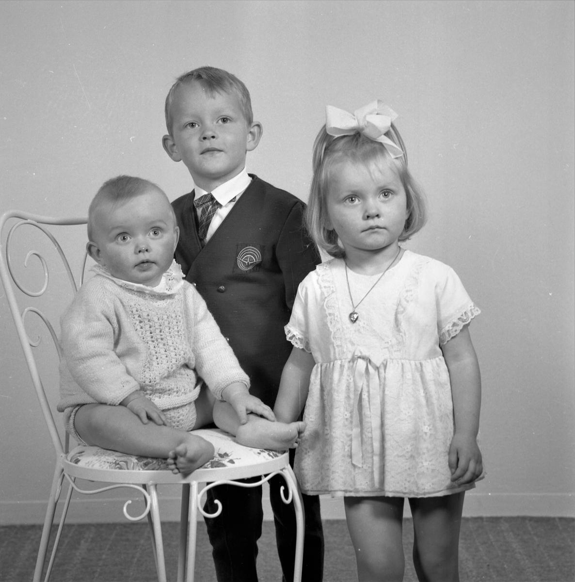 Portrett. Ung pike. Familiegruppe på tre. Ung gutt, ung pike og liten gutt. Bestilt av Olav Utvik. Røksund
