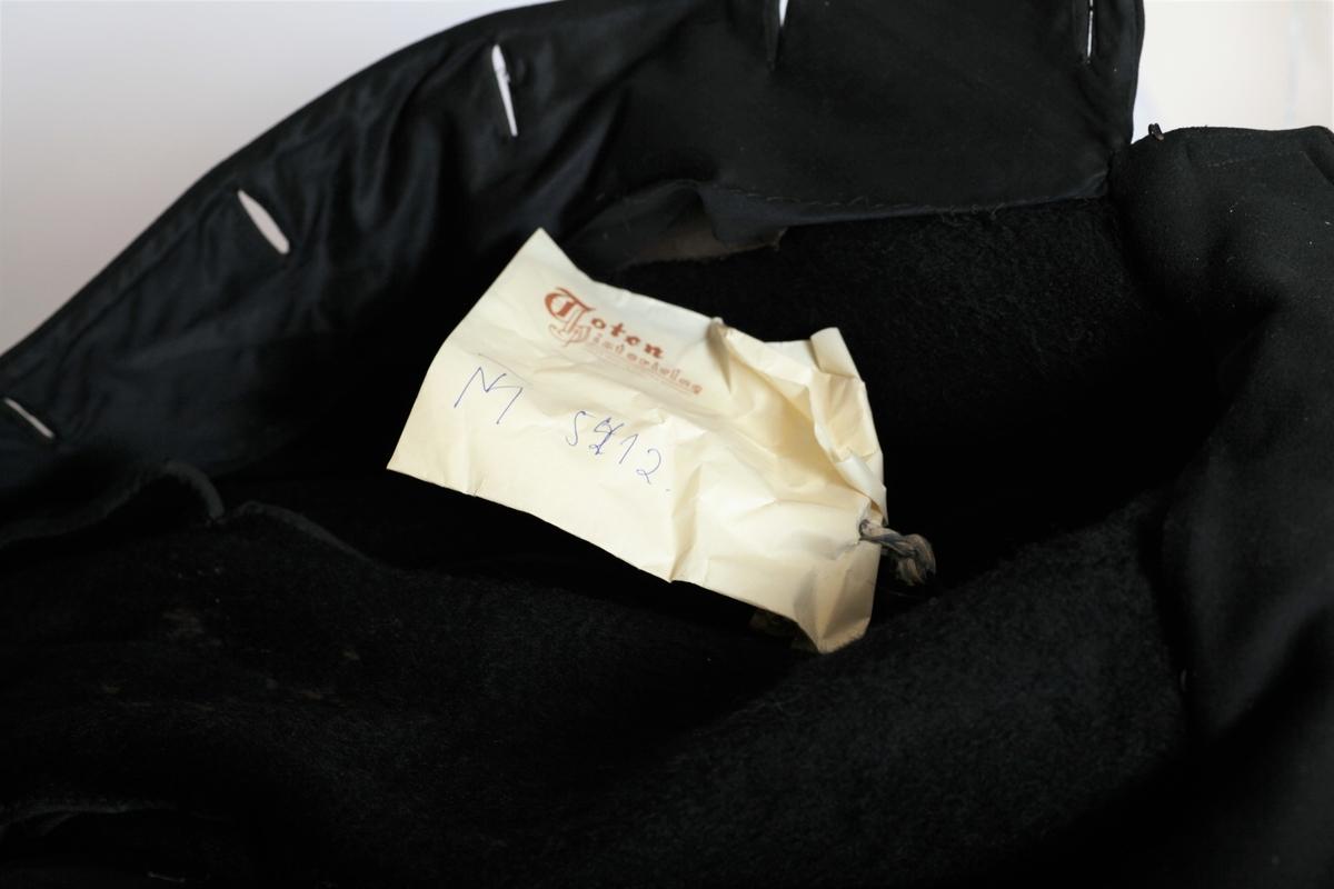 Frakken er flosset på innsiden og har dobbelt skulderkappe, meget fin kvalitet. Lite brukt, inntakt med knapper og det hele, Ingen lommer