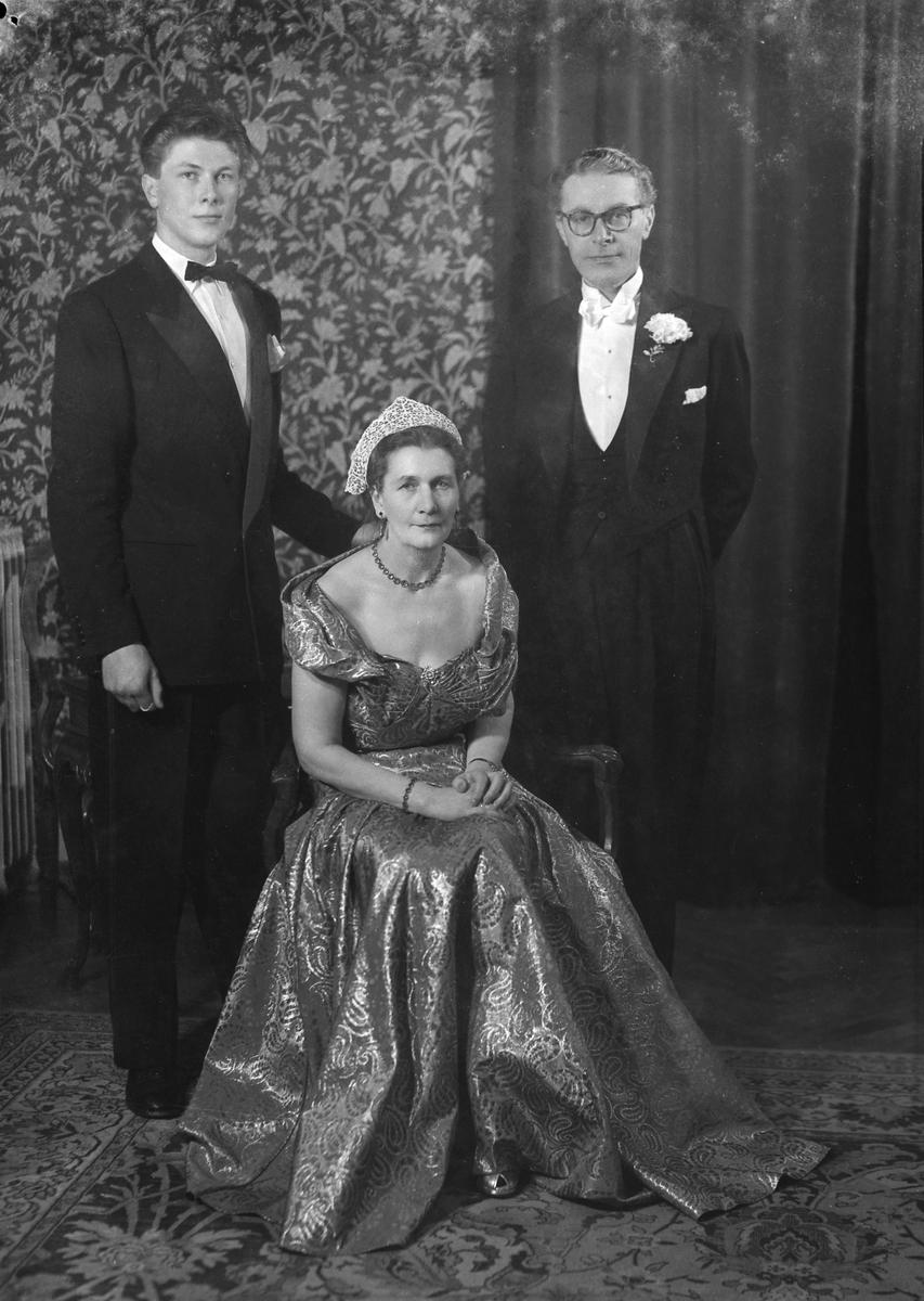 Sølvbrudeparet Ingrid og Erland Erlandsen med sønnen Per