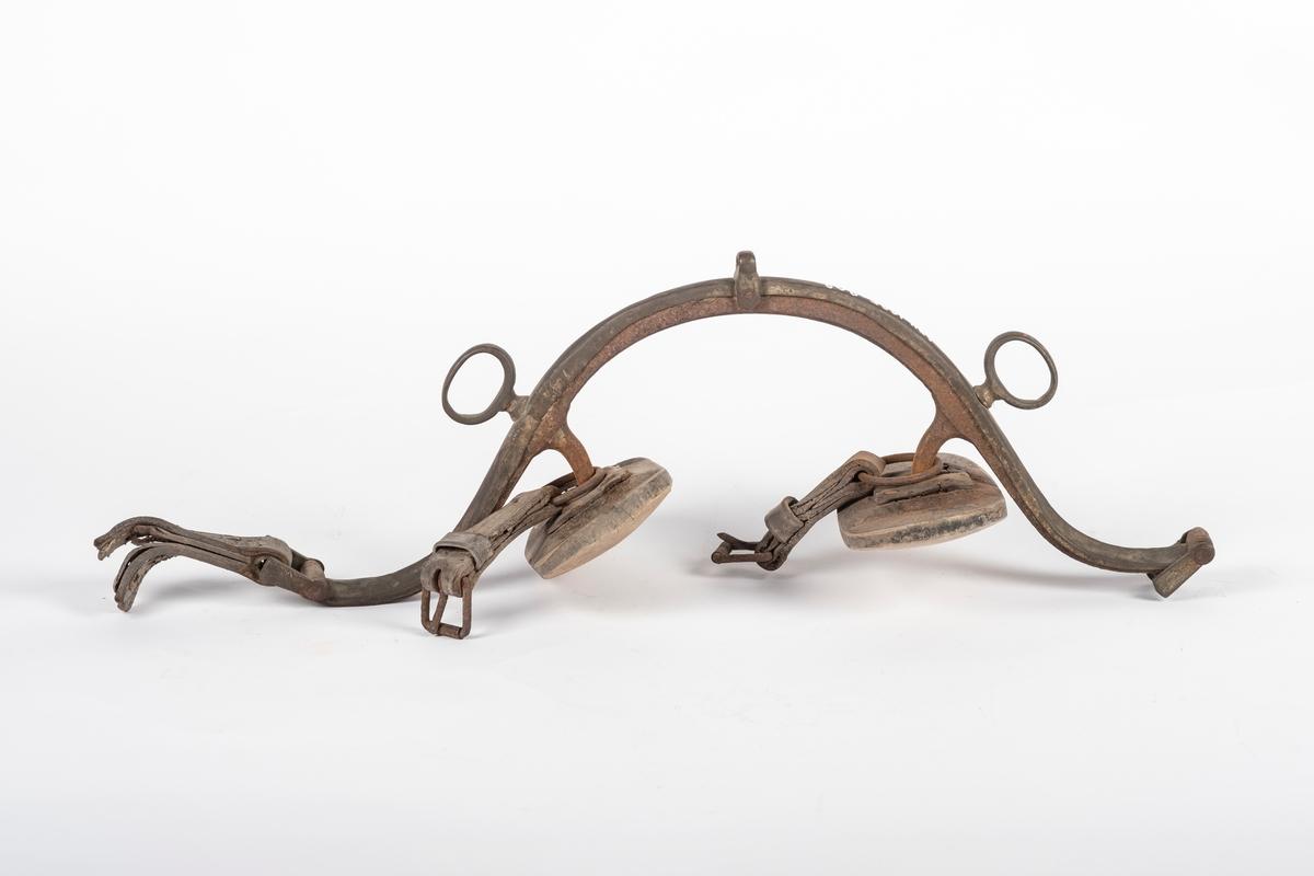 Høvre av jern med beslag av et annet slag metall. På beslaget er det to ringer for tømmene. Høvreballene er i tre. De er uthulet og festet på høvret ved at jernstenger er satt i hullet. Hullet er forsterket med lær. På jernstengene er det festet jernringer med lærrem. I den ene enden av høvret er det en kort lærrem.