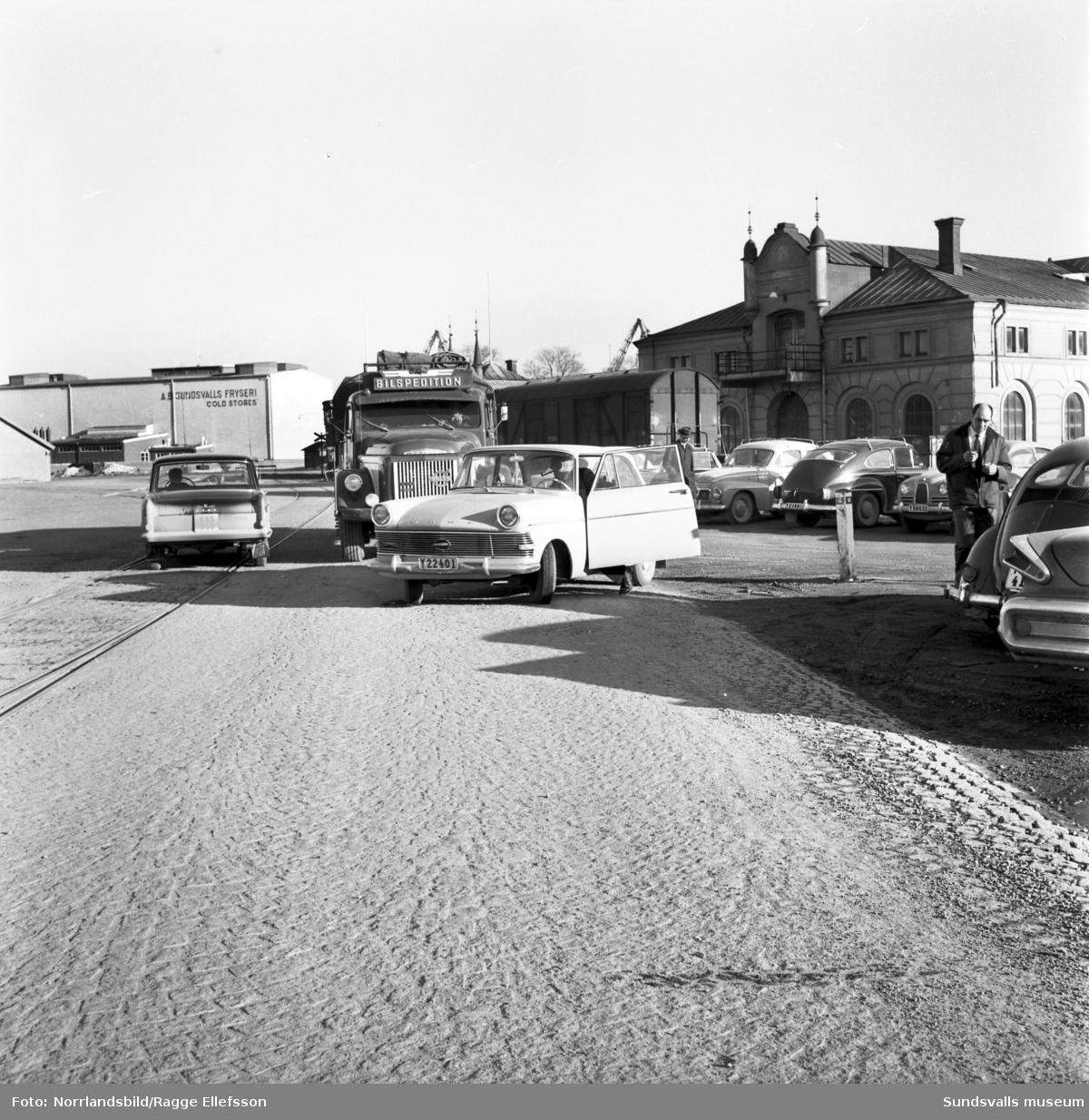Vyer från hamnplanen med bilar och trafik. Fryshuset, tullpackhuset och tullkammaren syns på de två första bilderna.