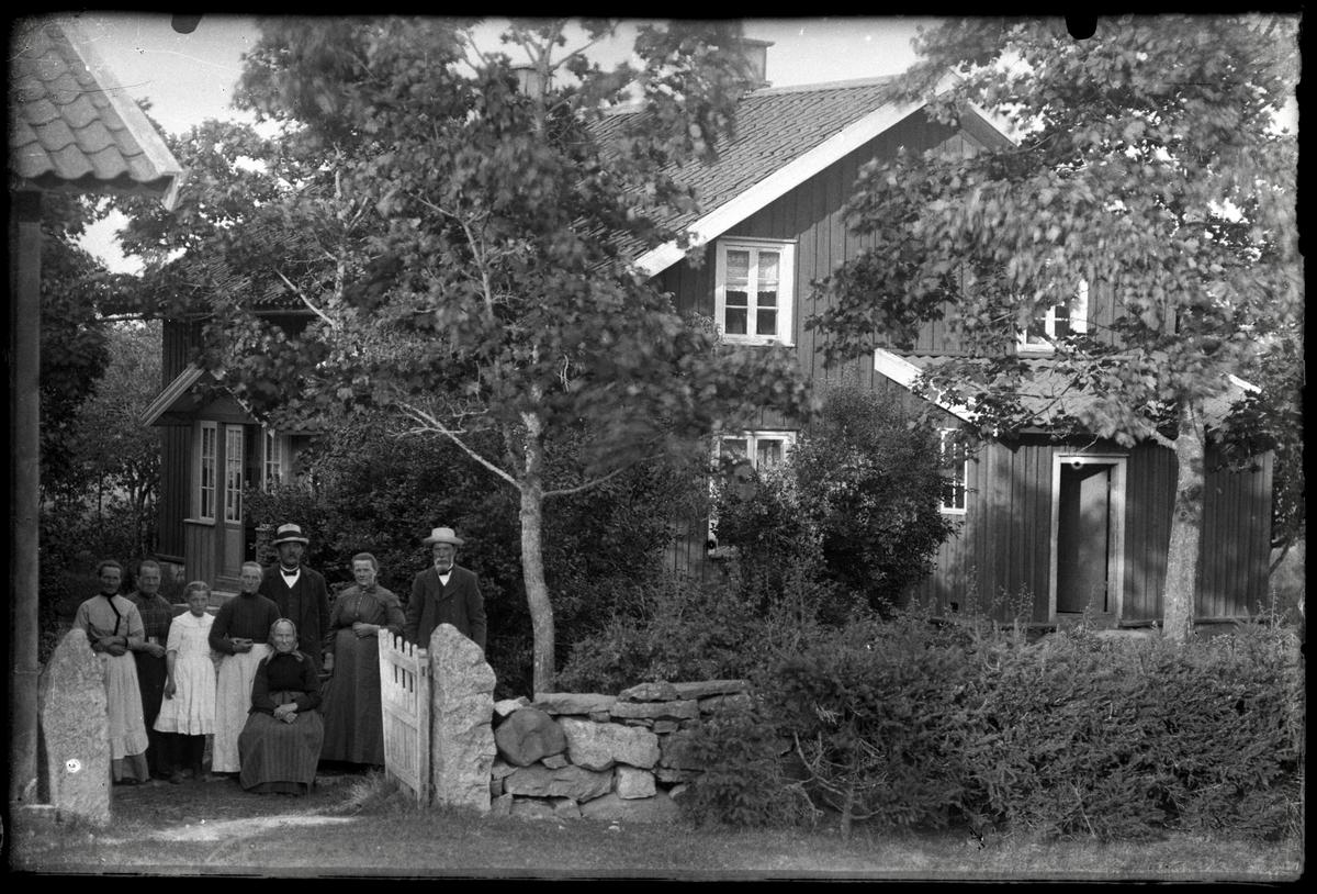 Familj framför sitt bostadshus