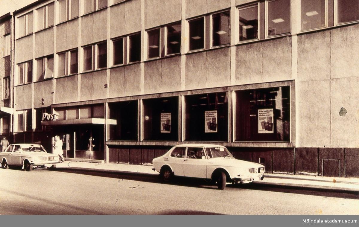 Frölundagatan 3 i Mölndalsbro, Mölndal, på 1960-talet. I byggnaden låg Mölndals femte postkontor. Postkontoret flyttades från den ena till den andra sidan av Frölundagatan den 17 december 1963. Har byggts ut vid något tillfälle, vid den stora omorganisationen. AF 14:40.