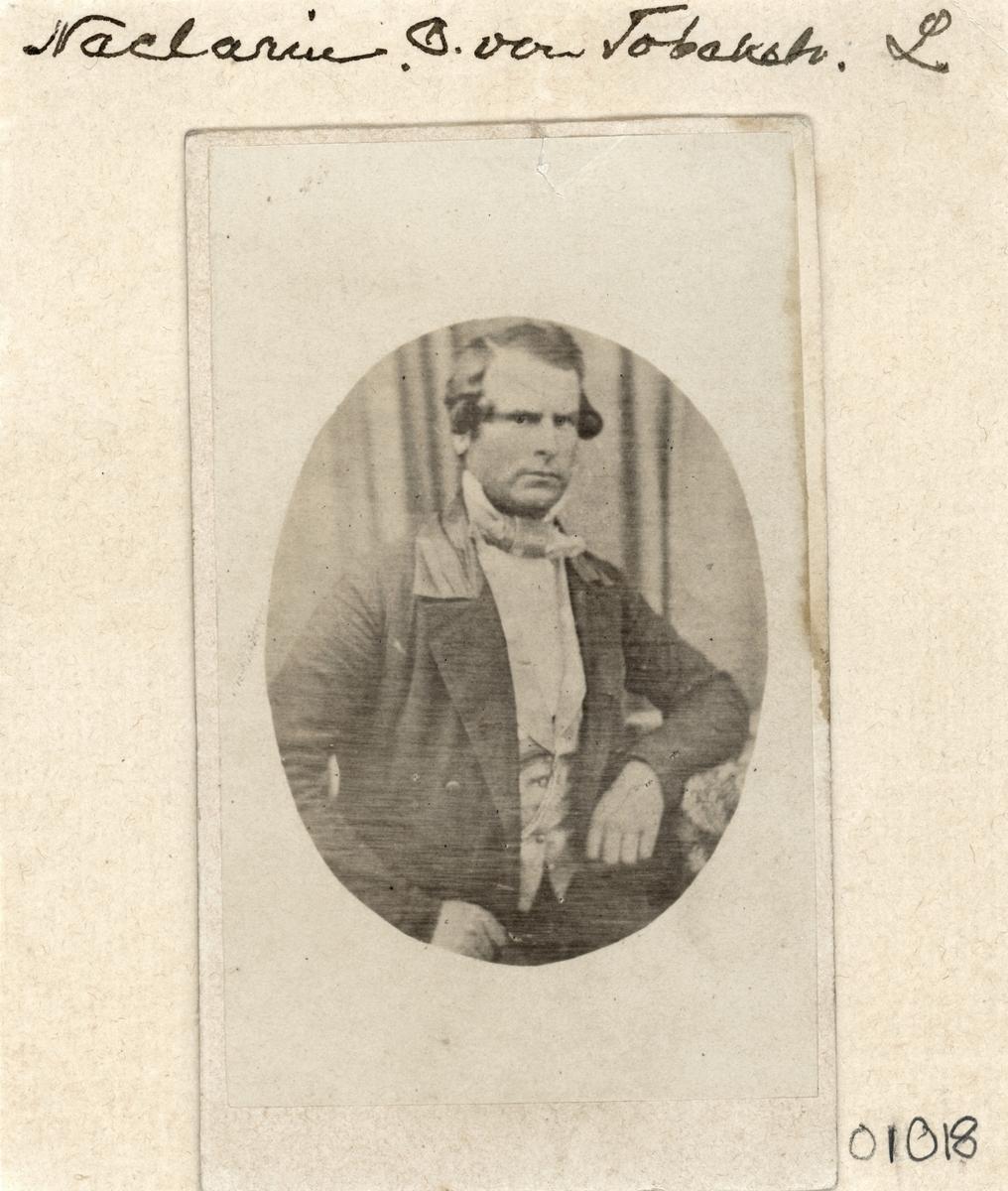 Enligt påskrift porträtt av tobakshandlaren Nacklarin[?]. Vid genomlysning, se bild 2, snarare Nachreij. Rimligtvis densamme som: Christoffer Fredrik von Nackreij. Född i Rogslösa 1806 som son till hovrättsrådet Ture von Nackreij och dennes andra hustru, Juliana Ulrika Gyllenram. Volontär vid Västgötadals regemente redan från 6 års ålder. Vidare följde han en militär karriär till avsked som underlöjtnant 1836. Därefter tobakshandlare i Linköping i kompanjonskap med tobaksfabrikör Jon Asklund. Gift 1829 med Margareta Horn af Åminne, född i Slaka 1792.
