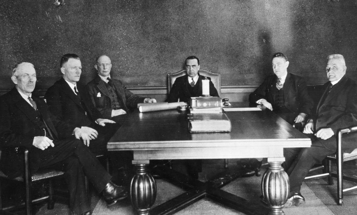 Beslut om Arbogautställningen fattas i drätselkammaren. Från vänster: vagnmakare Lindén, Iwar Andersson, okänd, Anders Göransson, okänd och August Jonsson.