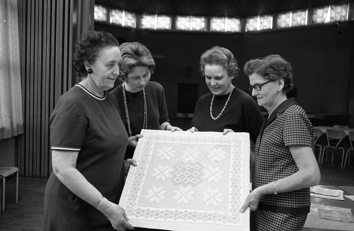 Arbetarnas Bildningsförbunds avslutning, fyra kvinnor visar upp en duk i näversöm. Bilden är tagen i Medborgarhuset, bakom kvinnorna syns rotundan.