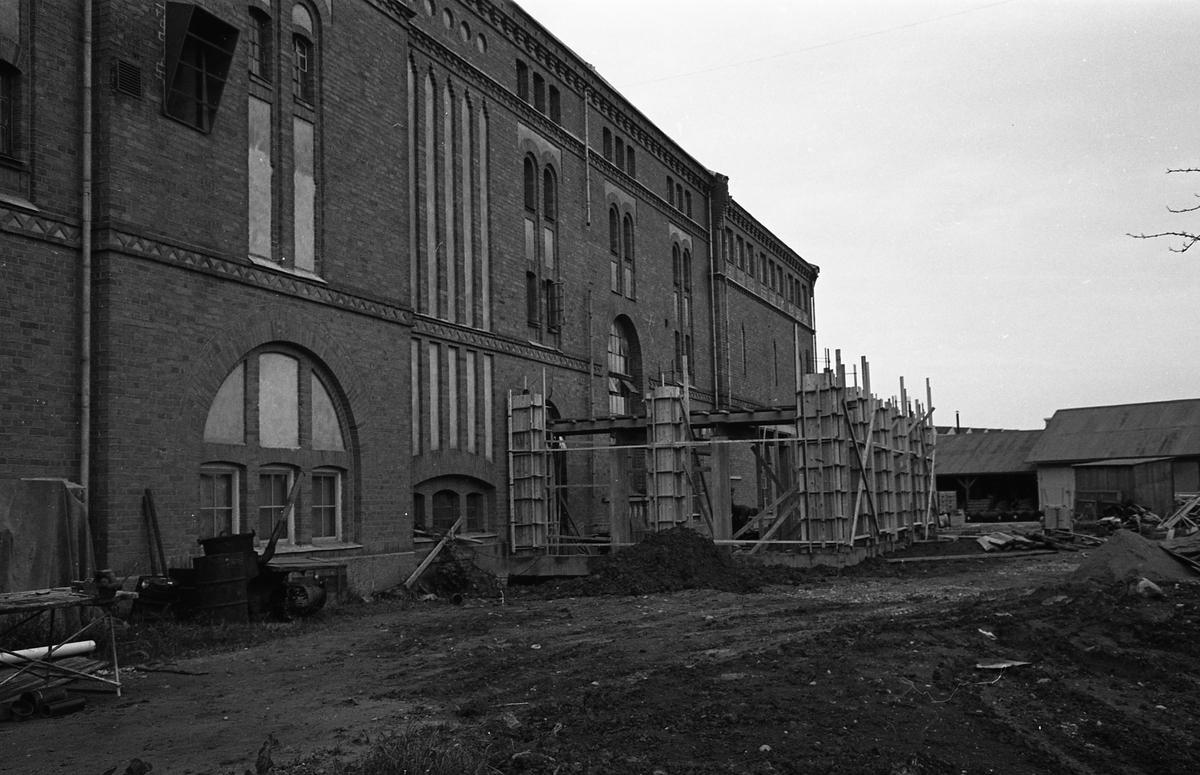 Arboga Bryggeri bygger ut. Byggnadsställning intill husfasaden.  Anläggningen var färdigbyggd 1899 och verksamheten startade 1 november samma år. 24 oktober 1980 tappades det sista ölet, på bryggeriet. Märket var Dart. Läs om Arboga Bryggeri i hembygdsföreningen Arboga Minnes årsbok 1981